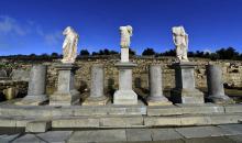 Esculturas y pedestales encontrados en el yacimiento